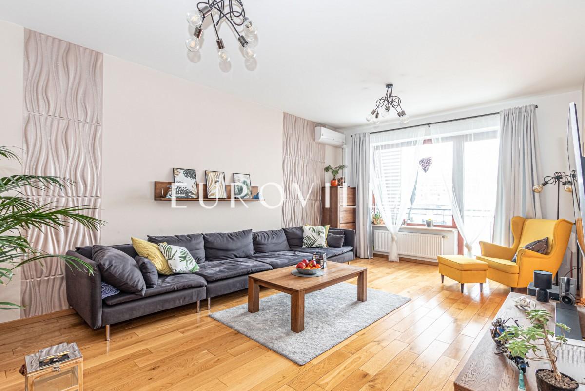 Cichy i funkcjonalny apartament z trzema pokojami.